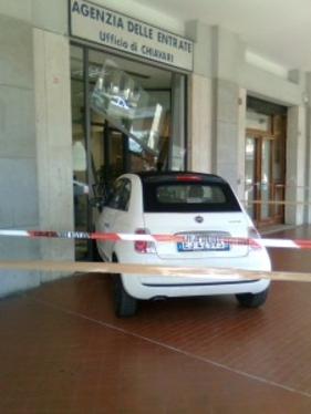 Auto contro la vetrina Agenzia Entrate di Chiavari